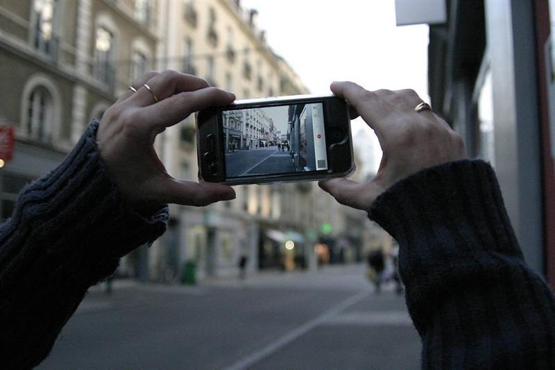 Un participant du concours film une scène